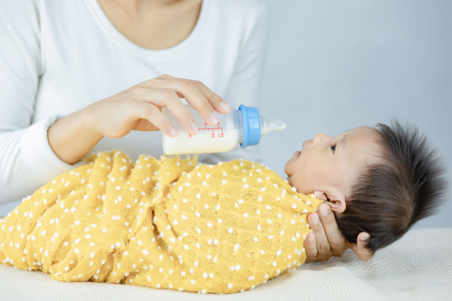 新生児に水を飲ませるのはいつから?宅配水がおすすめの理由